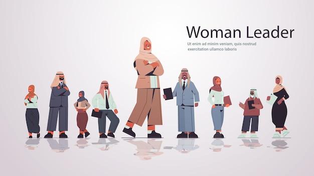 Arabe, femme affaires, debout, devant, arabe, hommes affaires, chef équipe, leadership, concept, pleine longueur, copie, espace, illustration
