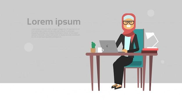 Arabe, femme affaires, séance bureau, bureau, tenir, ordinateur portable, femme affaires, dur, fonctionnement, processus, processus, bannière