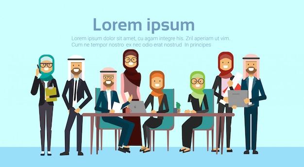 Arabe, gens affaires, groupe, réunion, ensemble, s'asseoir bureau, bureau, musulman, hommes affaires, équipe, formation, brainstorming, bannière