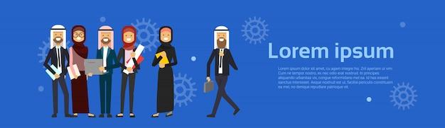 Arabe, gens, groupe, porter, vêtements traditionnels, pleine longueur, arabe, homme affaires, femme, musulman, mâle, femelle, bannière