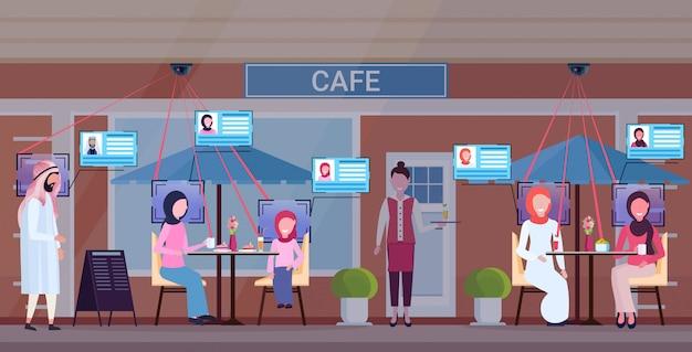 Arabe gens relaxant été café boutique serveuse servir invités identification facial reconnaissance concept sécurité caméra surveillance système de télévision en circuit fermé cafétéria extérieur horizontal pleine longueur