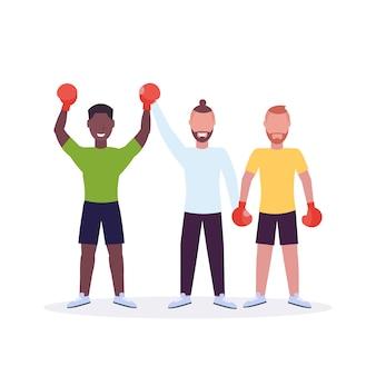 Arbitre annonçant le gagnant après le match de boxe boxeur en gants de boxe rouges mains levées combattant célébrant la lutte contre la victoire fond blanc personnages de dessins animés pleine longueur