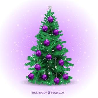 Arbre de noël avec des boules violettes