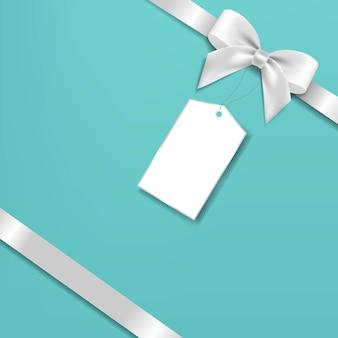 Arc en argent et étiquette cadeau