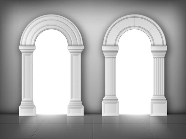 Arches avec colonnes blanches dans le mur, portes intérieures