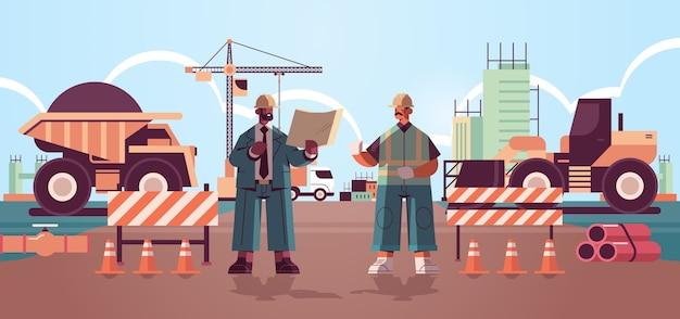 L'architecte et ingénieur en uniforme discutant du projet lors de la réunion de construction de bâtiments concept mix race constructeurs travaillant sur chantier
