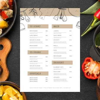 Arrangement avec menu du restaurant et nourriture