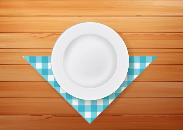 Assiette avec serviette sur fond de bois
