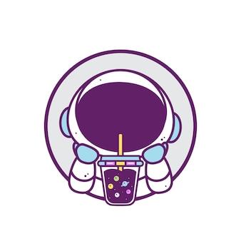 Astronaute mignon boire du thé à bulles isolé sur blanc
