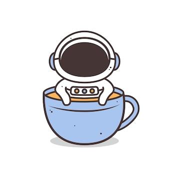 Astronaute mignon à l'intérieur de la tasse de café isolé sur blanc