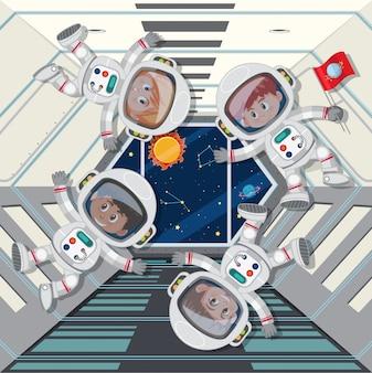 Astronautes flottant dans un vaisseau spatial