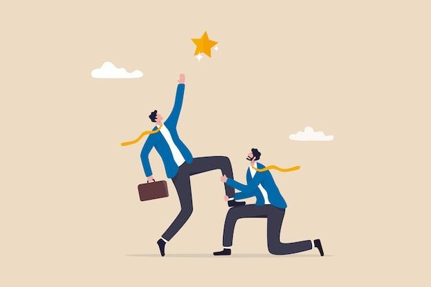 Atteignez l'étoile, le travail d'équipe ou le soutien pour atteindre l'objectif commercial, le partenariat ou le mentorat du gestionnaire pour aider le concept de réussite, le gestionnaire d'affaires aide le collègue à se mettre à genoux pour atteindre la cible.