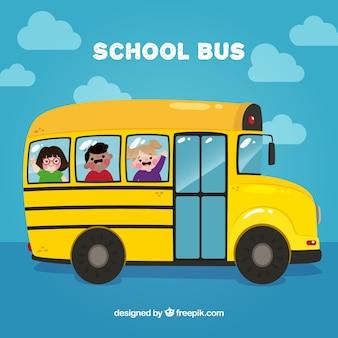 Autobus scolaire avec des enfants heureux