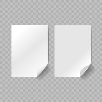 Autocollants adhésifs en papier réaliste blanc avec coin gauche incurvé isolé