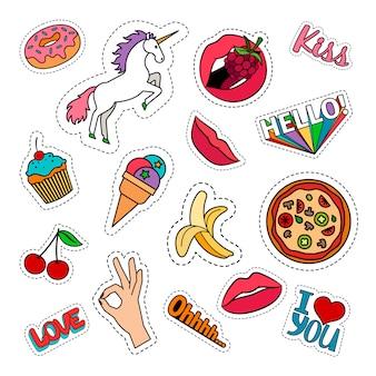 Autocollants colorés bizarres avec de la nourriture, de la pizza, des cerises, des glaces, des licornes et des mots. patchs de vecteur