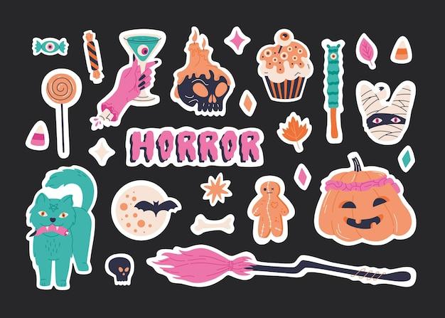 Les autocollants d'halloween définissent des éléments, une illustration effrayante dessinée à la main. collection de badges mignons avec balai rose, citrouille effrayante, momie et calligraphie d'horreur. symboles de vacances effrayants. arrière-plan du modèle vectoriel