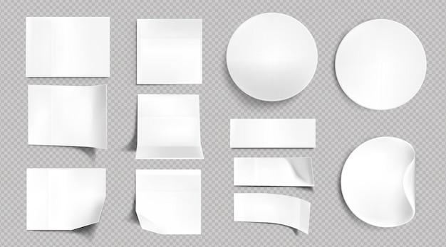 Autocollants en papier blanc, notes autocollantes carrées, rondes et rectangulaires vierges. ensemble réaliste de vecteur d'étiquettes vides avec coins pliés et pliés, étiquettes adhésives isolées sur fond transparent