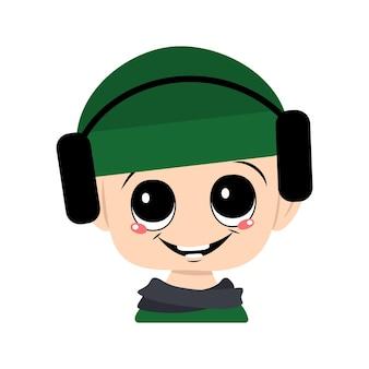Avatar d'un enfant avec de grands yeux et un large sourire dans un chapeau vert avec des écouteurs un enfant mignon avec un jo...