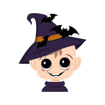 Avatar d'un enfant avec de grands yeux et un large sourire heureux dans un chapeau de sorcière pointu avec des chauves-souris la tête de ...