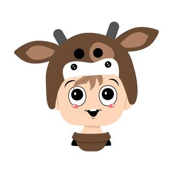 Avatar d'un enfant avec de grands yeux et un large sourire heureux portant une tête de chapeau de vache d'un enfant mignon avec un j...
