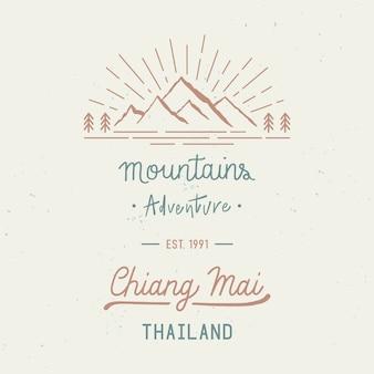 Aventure en montagne avec libellé à la main de chiang mai. nom de ville dans la province nord de la thaïlande. concept de voyage avec des éclaboussures aquarelles abstraites.