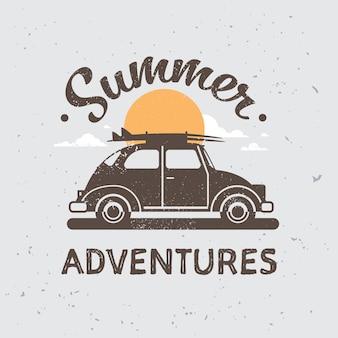 Aventures de voiture rétro avec des bagages sur le toit coucher de soleil surf vintage