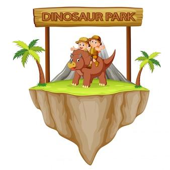 L'aventurier joue avec les tricératops dans le parc des dinosaures