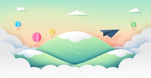 Avion en papier et ballons volant sur beau ciel.
