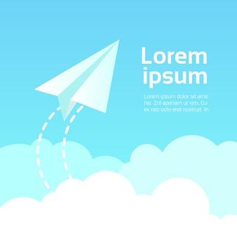 Avion en papier dans le ciel au-dessus des nuages au bleu