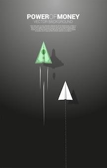 L'avion en papier origami argent billet se déplace plus vite que le blanc. concept d'entreprise de voie rapide pour le déplacement et le marketing