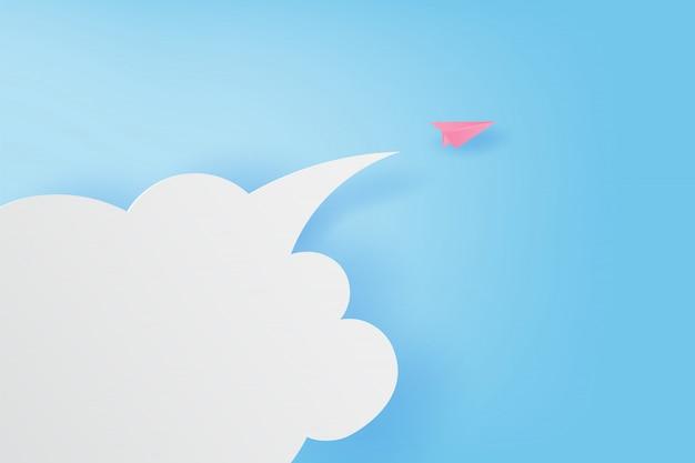 Avions en papier volant sur ciel bleu et nuages