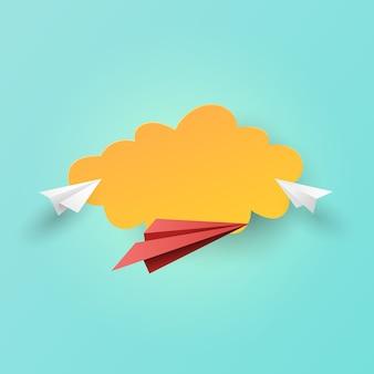 Avions en papier volant sur fond de nuages.