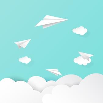 Avions en papier volant sur les nuages et fond de ciel