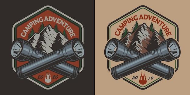 Badge avec une montagne, lampe de poche de style vintage sur le thème du camping. parfait pour les t-shirts. en couches
