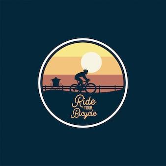 Badge de vélo de montagne saut silhouette ciel jaune