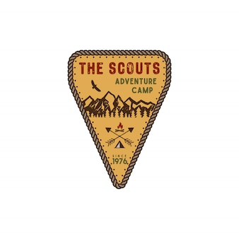 Badge de voyage et de plein air. emblème du camp d'aventure scout. vintage design dessiné à la main. palette de couleurs rétro.