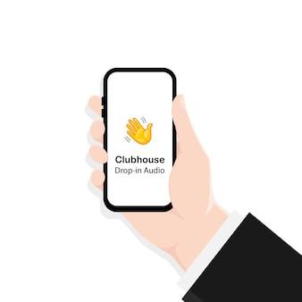 Baisse de l'audio. chat audio du clubhouse. mains avec des téléphones.