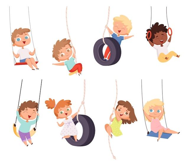 Balades en balançoire. exercice de gymnastique des enfants sur l'attraction d'amusement de corde ensemble d'enfants heureux.