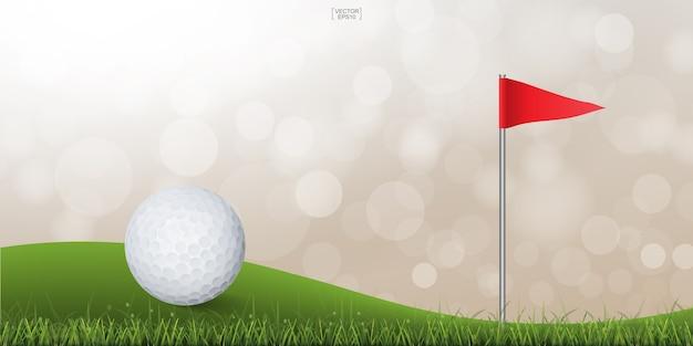 Balle de golf sur la colline verdoyante du terrain de golf avec fond flou bokeh léger.
