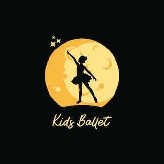 Un ballet d'enfant avec le fond de lune
