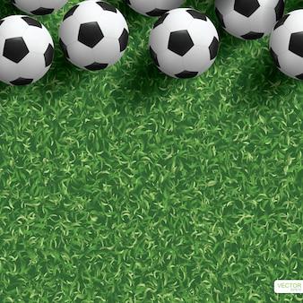 Ballon de football sur le terrain d'herbe verte.