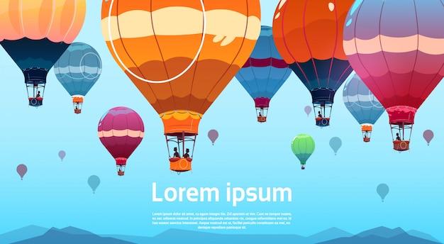 Ballons à air colorés volant dans le ciel au-dessus du paysage d'été
