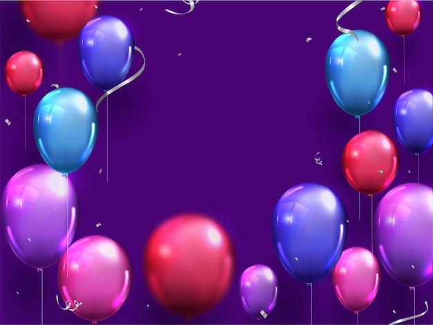 Ballons brillants colorés avec ruban argenté de confettis décoré pourpre