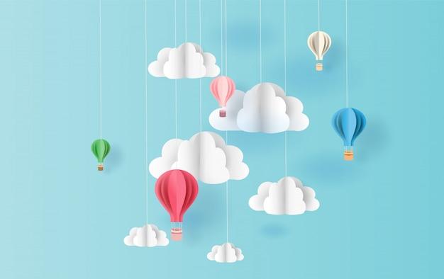 Ballons colorés fond de ciel flottant