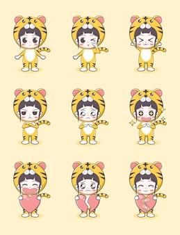 Bande dessinée mignonne de fille dans le costume de tigre avec des émotions et tenant un coeur sur le fond jaune clair