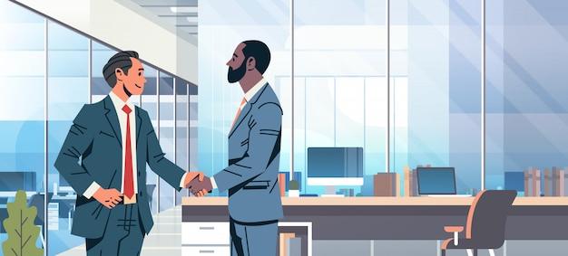 Bannière d'accord hommes d'affaires