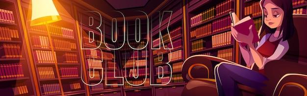 Bannière de bande dessinée du club de lecture jeune femme lisant dans la bibliothèque la nuit