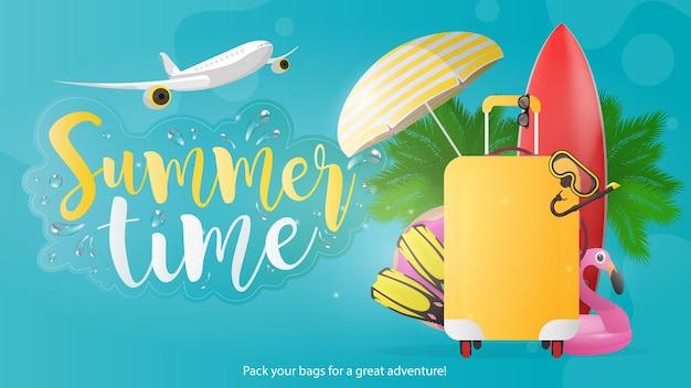 Bannière bleue de l'heure d'été. planche de surf rouge, valise jaune pour le tourisme, palmes, masque de natation, lunettes, palmiers, parasol, anneau en caoutchouc pour la baignade.