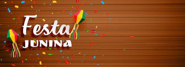 Bannière de célébration festa junina avec toile de fond en bois