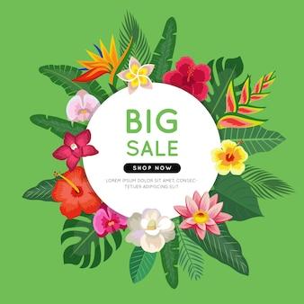 Bannière colorée de grande vente avec des feuilles et des fleurs tropicales.